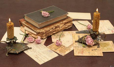 libros-antiguos-velas-rosas-rosas-correo-tarjeta-postal-219010