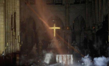 altar-notre-dame-tras-incendio-1555401325688